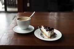 Café de cappuccino et gâteau de myrtille Image stock