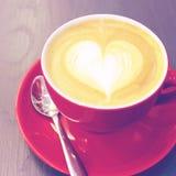 Café de cappuccino ou de latte avec la forme de coeur Images stock