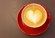 Café de cappuccino ou de latte avec la forme de coeur Photos libres de droits
