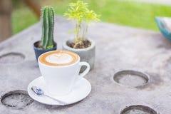 Café de cappuccino ou de latte avec la forme de coeur, café pour le backgrou Photos stock