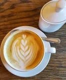 Café de Cappuchino dans la tasse et soucoupe porcellan blanche avec la cuillère a images libres de droits