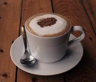 Café de Cappuchino dans la tasse et soucoupe porcellan blanche avec la cuillère Photo stock