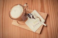 Café de Cappucino en la tabla de madera imagenes de archivo