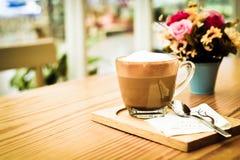 Café de Cappucino en la tabla de madera foto de archivo libre de regalías