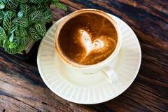 Café de Capuchino dans une tasse blanche Photographie stock libre de droits