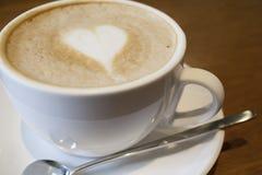 Café de Capuchino en una taza blanca Imagen de archivo