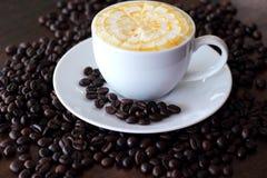 Café de caramel dans la tasse blanche Photos stock