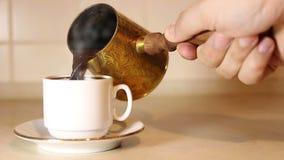 Café de colada del cezve en la taza almacen de video