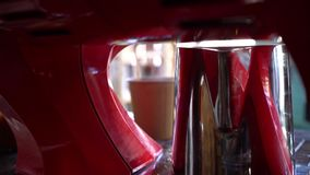 Café de colada de la máquina del café adentro a las tazas de papel almacen de video