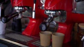 Café de colada de la máquina del café adentro a las tazas de papel metrajes