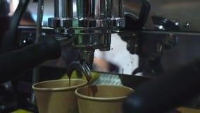 Café de colada de la máquina del café adentro a la taza de papel almacen de video