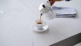 Café de colada de la mano de un pote de Moka Vector blanco metrajes