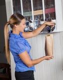 Café de compra del cliente femenino de la máquina expendedora Imágenes de archivo libres de regalías