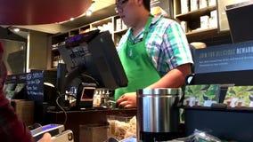 Café de compra del cliente y el pagar por paga de la manzana almacen de metraje de vídeo