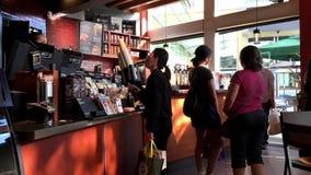 Café de compra do cliente e pagar pelo pagamento da maçã vídeos de arquivo