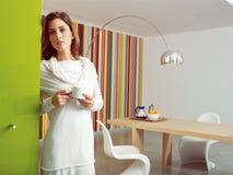 Café de consumición aa de la mujer hermosa relajada Imágenes de archivo libres de regalías