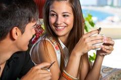 Café de consumición adolescente lindo con el novio. Foto de archivo