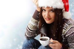 Café de consumición atractivo de la muchacha adolescente de la Navidad Foto de archivo