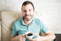 Café de consumición atractivo del hombre joven Fotografía de archivo