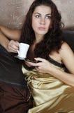 Café de consumición de la chica joven Foto de archivo libre de regalías