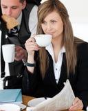 Café de consumición de la empresaria hermosa Fotografía de archivo libre de regalías