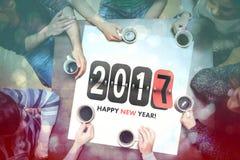 Café de consumición de la gente alrededor del mensaje del Año Nuevo Imagen de archivo libre de regalías