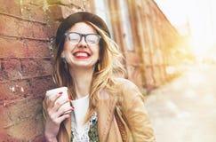 Café de consumición de la mañana de la mujer fotografía de archivo libre de regalías