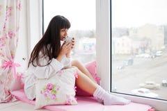 Café de consumición de la mañana de la mujer bastante joven Foto de archivo