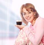 Café de consumición de la mañana de la mujer joven Imagen de archivo