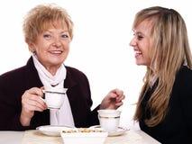 Café de consumición de la madre y de la hija Fotos de archivo libres de regalías