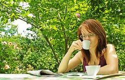 Café de consumición de la muchacha Fotografía de archivo