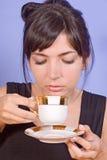 Café de consumición de la muchacha foto de archivo