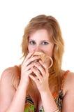 Café de consumición de la muchacha. Foto de archivo libre de regalías