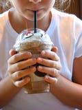Café de consumición de la muchacha Imagen de archivo