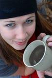 Café de consumición de la muchacha imagenes de archivo