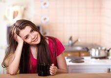 Café de consumición de la muchacha adolescente feliz en el país Foto de archivo libre de regalías