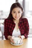 Café de consumición de la muchacha asiática en el café, concepto del descanso para tomar café Imagen de archivo libre de regalías