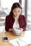 Café de consumición de la muchacha asiática en el café, concepto del descanso para tomar café Imágenes de archivo libres de regalías