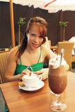 Café de consumición de la muchacha bonita Fotografía de archivo libre de regalías