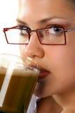Café de consumición de la muchacha de la belleza Foto de archivo