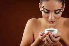 Café de consumición de la muchacha del adolescente con maquillaje hermoso aislado encendido Fotos de archivo libres de regalías