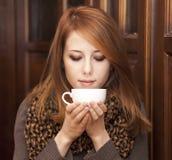 Café de consumición de la muchacha del redhead del estilo Imágenes de archivo libres de regalías