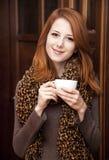Café de consumición de la muchacha del redhead del estilo Foto de archivo