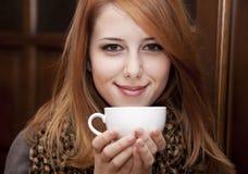 Café de consumición de la muchacha del redhead del estilo Fotos de archivo
