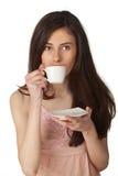 Café de consumición de la muchacha hermosa Imágenes de archivo libres de regalías