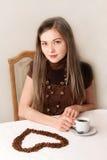 Café de consumición de la muchacha hermosa, el corazón Imagen de archivo libre de regalías