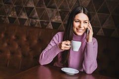 Café de consumición de la muchacha larga hermosa del pelo Fotografía de archivo libre de regalías