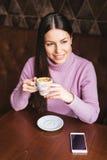 Café de consumición de la muchacha larga hermosa del pelo Imagen de archivo