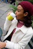 Café de consumición de la mujer fotografía de archivo