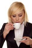Café de consumición de la mujer. Foto de archivo